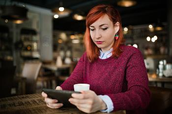 checking credit score at coffee shop